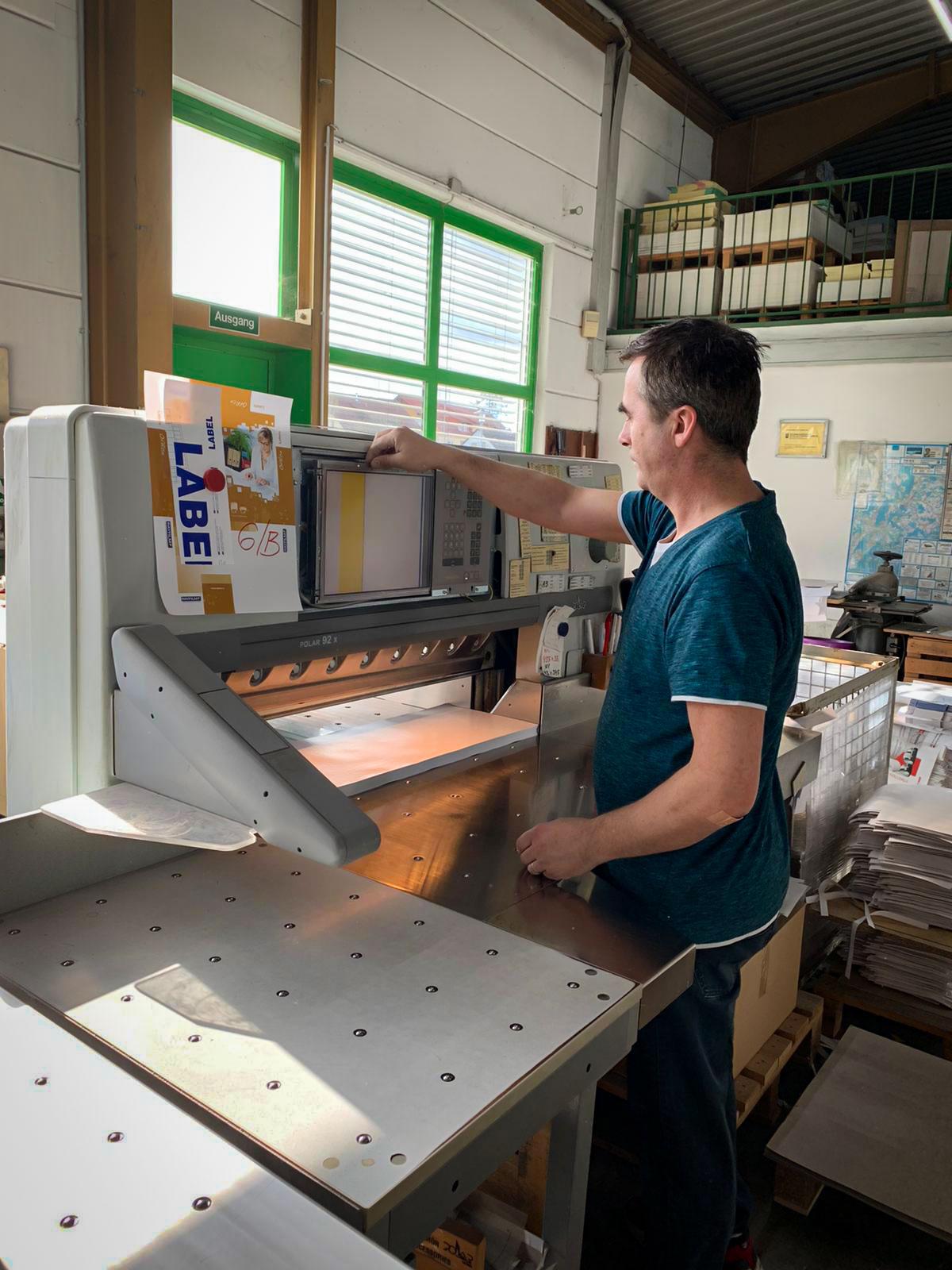 Herr Kijamet Muzafer an der Polar 92 Schneidmaschine